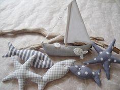 Schöne Sommer-Deko 6 tlg. in grau/weiß.....  ...wunderschöne Deko für das Badezimmer, Flur, Wohnzimmer oder als Tischdeko für das nächste Sommerfest.  ....besteht aus einem Segelboot, 3 Fischen und...