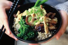 Omelette with stir-fried shiitake mushrooms and rice (low-fat) This low-fat Asian mushroom omelette is a great, healthy lunch idea especially when served with rice and broccolini. Mushroom Rice, Vegetarian Recipes, Healthy Recipes, Free Recipes, Healthy Lunches, Healthy Dinners, Healthy Foods, Macro Meals, Vegetarische Rezepte