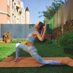 Are you holding onto too much negativity in your life? Try this Low Lunge variation. Morning Yoga Flow, Morning Yoga Routine, Yoga Routines, Home Yoga Practice, Plank Pose, Yoga Pictures, Yoga Block, Yoga For Flexibility, Free Yoga