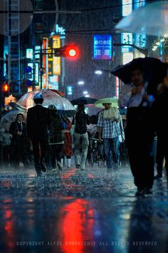 Amazing & Beautiful Photos from Tokyo, Japan - Stunning Architecture Photography from the East Walking In The Rain, Singing In The Rain, Rainy Night, Rainy Days, Night Rain, Rainy Mood, Umbrella Photography, Street Photography, Friendzone