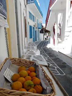 Love those alleys Grecia Beautiful Places To Travel, Great Places, Places To Go, Santorini, Mykonos Greece, Mykonos Hotels, Ill Fly Away, Hacienda Style, Beautiful Architecture