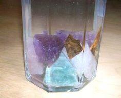 Articles reprenant les différentes techniques de purification (eau, encens, sel, terre) et de recharge (soleil, lune, amas) pour vos minéraux.