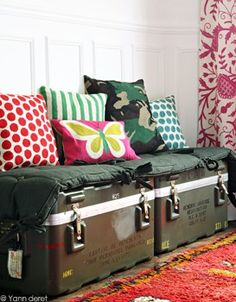 Army trunks, cushions and pillows create a unique sitting space.except for the pink. Decor, Home Diy, Elle Decor, Diy Déco, Diy Furniture, Furniture, Diy Decor, Home Decor, Deco