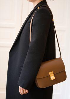Celine Classic Medium Box bag in camel Celine Classic Box, Celine Box, Chloe Bag, Balenciaga, Outfit Invierno, Minimalist Bag, Louis Vuitton, Dior, Clutch