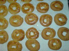 ΜΑΓΕΙΡΙΚΗ ΚΑΙ ΣΥΝΤΑΓΕΣ: Κουλουράκια με πορτοκάλι και μαστίχα !! Doughnut, Biscuits, Peach, Candy, Desserts, Food, Crack Crackers, Tailgate Desserts, Cookies