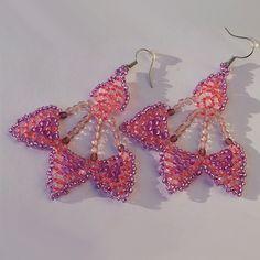 Náušnice - růžové vejířky  Náušnice jsou vyrobeny z kvalitní Jablonecké bižutérie. Náušnice jsou s afroháčky + gumová zarážka proti vypadnutí z ucha. http://btlr.me/11uJHPZ