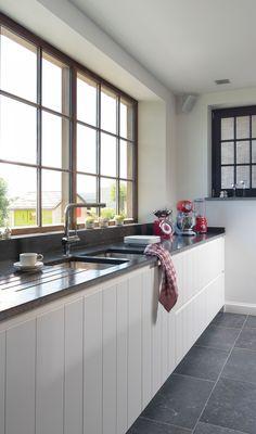 Moderne witte eikenhouten keuken met een landelijke toets. Small Modern Kitchens, Future House, Laundry Room, Decoration, Sweet Home, Kitchen Cabinets, Interior Design, Architecture, Kitchen Ideas