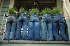 Plantenbak van oude spijkerbroeken