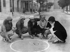 1927 a group of actors play marbles. One is Louise Brooks who inspired the italian artist Guido Crepax to design Valentina, his most famous character.