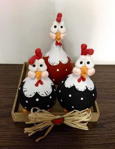 Lindas galinhas de cabaça, decoradas cuidadosamente com biscuit e feitas totalmente à mão, o que garante que seu produto foi criado especialmente para você.    As galinhas decoradas servem como enfeite para alegrar o ambiente, e estão apoiadas em uma base de MDF, decorado com a cor marrom e chapi... Chicken Crafts, Chicken Art, Creative Crafts, Diy And Crafts, Hand Painted Gourds, Christmas Clay, Clay Animals, Gourd Art, Polymer Clay Crafts