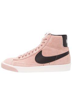 ¡Consigue este tipo de zapatillas altas de Nike Sportswear ahora! Haz clic para ver los detalles. Envíos gratis a toda España. Nike Sportswear BLAZER MID VNTG SUEDE Zapatillas altas pink: Nike Sportswear BLAZER MID VNTG SUEDE Zapatillas altas pink Zapatos   | Material exterior: piel, Material interior: tela, Suela: fibra sintética, Plantilla: tela | Zapatos ¡Haz tu pedido   y disfruta de gastos de enví-o gratuitos! (zapatillas altas, alta, bota, zapatillas medias, high, high-tops, high ...