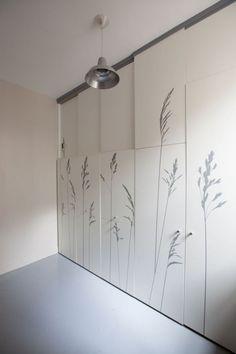 Placards dans la chambre de bonne - une transformation incroyable d'une chambre de bonne de 8m2 http://www.homelisty.com/visite-privee-dun-appartement-couteau-suisse-de-8m2-a-paris/