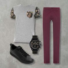 combo, moda masculina com look de Jeans roxo, relógio preto, camiseta estampada com bolso jungle e tênis de couro preto. Look masculino para comprar