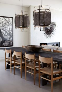 Find inspiration for your dining room lighting design no matter the style or size. Get ideas for chandeliers, drum lights, or a mix of fixtures above your dining table. inspiration for Dining Room Lighting Ideas to add to your own home. Dining Room Design, Interior Design Kitchen, Room Interior, Bar Interior, Rustic Table Lamps, Modern Rustic Dining Table, Elegant Dining, Outdoor Dining, Esstisch Design