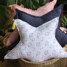 DIY : Fabriquer un coussin nuage (patron gratuit) – Joli Tipi DIY: een Cloud Cushion maken (gratis patroon) – Pretty Tipi Baby Couture, Couture Sewing, Coin Couture, Handmade Fabric Bags, Cloud Cushion, Cloud Pillow, Sewing Pillows, Fabric Sewing, Dress Sewing