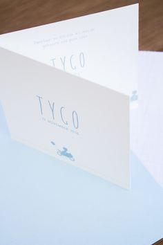 Op zoek naar een rustig maar stoer geboortekaartje voor een jongen? Dit kaartje van Tygo met motor en ballonnetje is leuk! Ontwerp door Leesign - www.leesign.nl #leesign #geboortekaartje #motor #jongen #geboortekaart #geboortekaartjes #babyblauw #birth #announcement #silhouette #silhouet