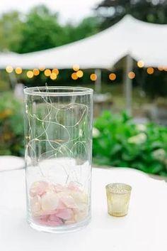 Suchst Du Ideen für Deine Gartenhochzeit? Hier findest Du tolle Tipps und Inspirationen rund um Deine Hochzeit unter freiem Himmel, die Dir bei Deiner Hochzeitsplanung helfen. Klicke hier und hol Dir Ideen für Dein Brautkleid, die Tischdeko, eine Zelt Hochzeit, das Getting Ready oder die stilvolle Hochzeitsdeko! Fotos: Heike Moellers Photography #Gartenhochzeit #Hochzeitsplanung #WhiteWeddingMag Outdoor Ceremony, Glass Vase, Table Decorations, Chic, Garden, Pictures, Wedding Preparation, Registry Office Wedding, Outdoor Camping