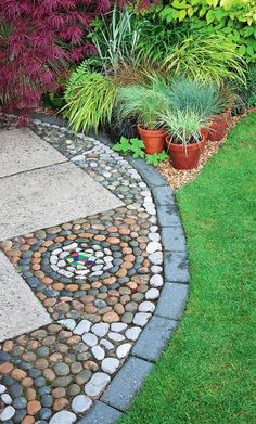 Edging adds strenght to pebble mosaics