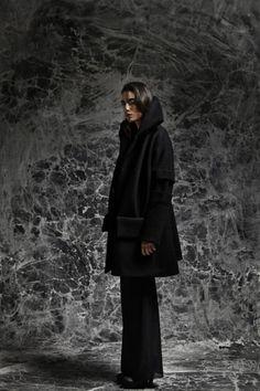 vesuve manteau en laine bouillie noir avec plis creux aux manches et au col
