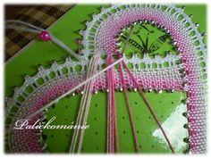 připojení po dvou párech ke každému očku Bobbin Lace Patterns, Crochet Patterns, Bobbin Lacemaking, Lace Heart, Lace Jewelry, Lace Detail, Tatting, Arts And Crafts, Ideas