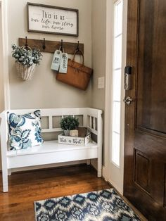 Entry way decorating ideas with a bench, hooks and cute farmhouse decor ho. Entry way decorating ideas with a bench, hooks and cute farmhouse decor home ideas Easy entry Living Room Designs, Living Room Decor, Easy Home Decor, Cute Home Decor, Home Decor Styles, Cool Rooms, Farmhouse Decor, Modern Farmhouse, Farmhouse Design