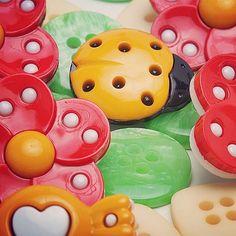 Uma infinidade de botões está a sua disposição no www.armarinhosaojose.com.br.  Conheça!  #armarinho #botoes #artesanato #artemanual #customização #costura #trabalhomanual