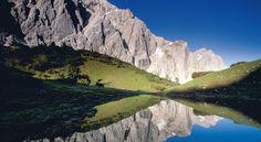 """Das Karwendel gilt als ursprünglichstes Gebirge der Nördlichen Kalkalpen. """"Karwendel-Indianer"""" Heinz Zak präsentiert in fantastischen Fotos die schönsten Wanderungen und Gipfelanstiege zwischen Isar und Inn."""