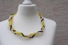 Hier zeige ich Euch einen außergewöhnliche Kette aus Perlenband mit Herzchen in creme, Satinband, Chiffonband und Borte mit Schmetterlingen gelb, Pailettenband schwarz und Spitze. Zusammengehalten...
