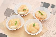 瑞々しくフレッシュな梨とリンゴジュースでコンポートを作り、これにお豆腐をベースにしたクリームをあわせ、プチフールのタルトに仕上げます。   コンポート液に体を温める葛粉を使い、また温かいコンポート液に梨を漬け込むことで体を冷やさない工夫をしています。サクサクの食感がおいしいタルト生地には米粉に加え美容効果の高いアーモンドパウダーをたっぷりと使いました。   卵、乳製品だけでなくグルテンフリーのレシピなので、小麦アレルギーのある方も安心して召し上がっていただけるスイーツです。