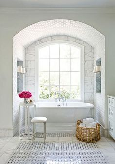 Beautiful light and airy bathroom ***