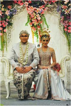 Javanese wedding Love her dress. Javanese Wedding, Indonesian Wedding, Traditional Dresses, Traditional Weddings, Kebaya Wedding, Foto Wedding, Dress Hairstyles, Wedding Poses, Wedding Beauty