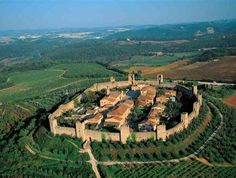 Castle Monteriggioni (founded in Siena, Toscana, Italia Places To Travel, Places To See, Chateau Moyen Age, Voyage Europe, Medieval Town, Visit Italy, Tuscany Italy, Italy Travel, Beautiful Landscapes