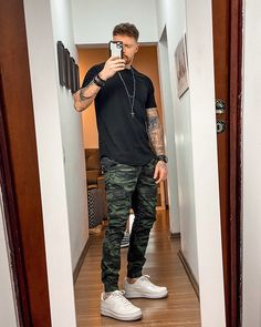 Mens Casual Dress Outfits, Dope Outfits For Guys, Stylish Mens Outfits, Men Dress, Fashion Outfits, Camo Outfits, Urban Outfits, Black Joggers Outfit, Look Man