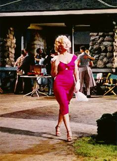 """Marilyn Monroe as Rose Loomis in """"Niagara"""" 1953 Ladies, this is how I believe a famine woman walks . Hollywood Glamour, Hollywood Stars, Hollywood Actresses, Classic Hollywood, Old Hollywood, Most Beautiful Women, Beautiful People, Marilyn Monroe Gif, Fran Fine"""