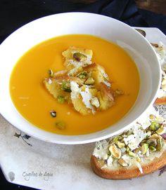 Crema de calabaza y zanahoria con tosta de manchego y pistachos