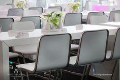 Brugtafels St. Tropez met designstoelen Jo vormen de basis van het 'Bedrijfsfeest in Wit' #event #verhuur #partyrent