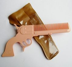 Possibly the coolest vintage comb we've ever seen — even comes with its own holster! Perfect for that rodeo queen in your life! - um, so I need this in my life! Coolest thing I've ever seen! Rodeo Queen, Nerd, Dip Dye, Vintage Hairstyles, Mode Style, Hair And Nails, My Hair, Natural Hair Styles, Guns