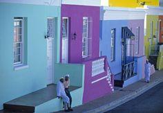 Si racconta che le tinte vivaci delle case siano inizialmente nate come una reazione degli schiavi al trattamento dei coloni, che li obbligavano a vestire di nero e grigio. Anche se nel tempo i colori sono diventati il tratto distintivo di questo angolo di Sudafrica - insieme alla cucina multietnica - e un'attrazione per turisti e fotografi