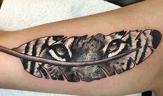 idée tatouage femme, dessin sur la peau, tatouage sur le bras à design plume et regard de tigre