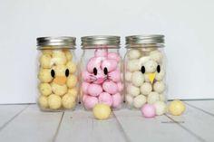 De jolies petites têtes de poussin, lapin et caneton avec des bonbons dans des pots de verre.  10 Décorations de Pâques avec des bocaux en verre
