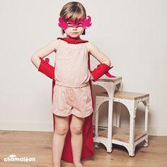 Les supers-héros n'ont qu'à bien se tenir, le déguisement Super Fillette débarque avec son masque, sa cape et ses manchettes. Vive les SuperHéroines