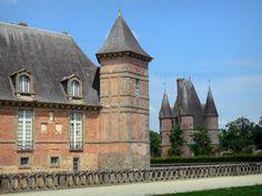 Château de Carrouges: Façade du château et châtelet d'entrée - France-Voyage.com
