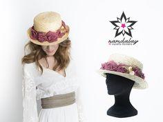 ¿Estás invitada a un evento y dudas entre tocado, turbante, sombrero, pamela...? ¡En Namdalay podemos ayudarte a decidir! Hoy elegimos para ti esta chistera: original, diferente y preciosa para realzar cualquier look. Recuerda que puedes contactar con nosotros para personalizarla a tu gusto 😉 ¡Feliz jueves!