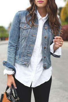 Dress up your classic denim jacket with a white button-up shirt. Pair the combo - Shirt Casuals - Ideas of Shirt Casual - Dress up your classic denim jacket with a white button-up shirt. Pair the combo with a red lip for a sassy date-night look. Outfits Leggins, Outfit Jeans, White Jacket Outfit, Denim Jacket Outfit Winter, Jean Jacket Outfits, Denim Jacket Fashion, Denim Jacket Styles, White Long Sleeve Shirt Outfit, Flannel Outfits