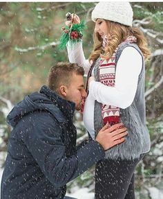 Couple | Christmas | Mistletoe | Snow | Maternity Photo & Pregnancy Announcement Ideas