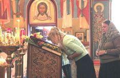 De ce nu are voie FEMEIA să intre în Altar? Explicațiile preoților Altar