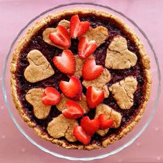 How adorable is this strawberry tart? Fresh strawberry jam makes this tart irresistible. Punctuated by bursts of tart strawberry sweetness, this fantastic tart will impress your loved ones. The biscuity tart crust is absolutely mouthwatering. Retro Recipes, Vintage Recipes, Jam Tarts, Strawberry Slice, How To Make Jam, Vegan Dessert Recipes, Kid Friendly Meals, Strawberries, Festive