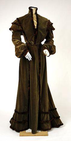 Dress Date: 1902–3 Culture: American Medium: silk, fur Accession Number: C.I.52.42.5a, b
