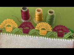 İPLİK OYASINDA 3 RENKLİ KOLAY ÖRNEK | Nazarca.com Saree Tassels Designs, Saree Kuchu Designs, Quilt Baby, Crochet Flowers, Crochet Lace, Crochet Quilt, Moss Stitch, Crochet Videos, Baby Knitting Patterns