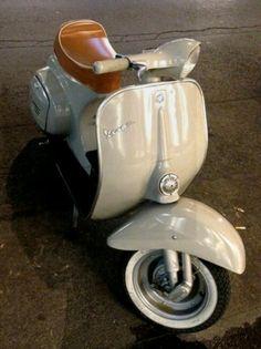 Lambretta Scooter, Scooter Motorcycle, Vespa Scooters, Vespa Retro, Vespa Vintage, Vintage Italy, Triumph Motorcycles, Vespa 50 Special, Vespa Smallframe